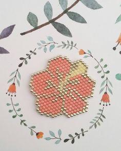 Fleur d'hibiscus à partir du modèle @ailesetmoi en saumon,  doré et jaune. Un petit air de printemps. #jenfiledesperlesetjassume #brickstitch #miyuki…