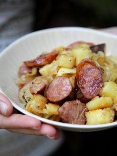 saucisses, échalote, pomme de terre, oignon, huile d'olive, eau, ail, herbes de provence