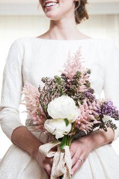 Rosa Clará | ramo de novia romantico pero silvestre, desestructurado y suelto, en tonos rosas palo, malvas y blancos, y rematado con una lazada de puntilla. La flores eran: astilbe, peonia, syringa y limonium rosa.
