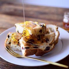はちみつパンを作ってみませんか?風味豊かで栄養価の高いはちみつ。はちみつはパンと相性が良く、甘味・風味を付けてくれます。今回は、はちみつとたっぷりのレーズンを合わせたおすすめのパンレシピをご紹介。はち French Toast, Deserts, Bread, Breakfast, Recipes, Drink, Food, Morning Coffee, Beverage