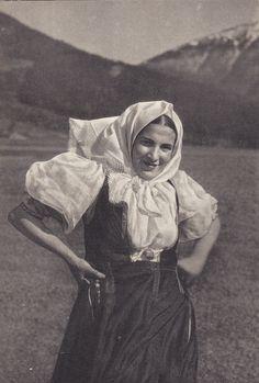 Terchovský ženský kroj - Slovensko Folk Embroidery, Embroidery Patterns, Folk Costume, Costumes, Beauty Photos, Eastern Europe, Folklore, Mythology, Portrait Photography