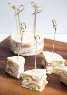 Gerookte zalm wrap taartjes - Laura's Bakery High Tea Sandwiches, Raw Food Recipes, Snack Recipes, Brunch, Snacks Für Party, Happy Foods, Yummy Food, Good Food, Diy Food