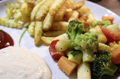 Einfach und lecker: Johannas Abendessen bestand aus Pommes, Ofengemüse und Dips. http://www.eatupyourgreens.de/allgemein/vegan-wednesday-7-31/