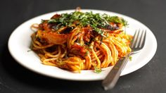 Family favorite spaghetti gets a cheesy topping and baked until golden brown in the oven for a tasty twist on the weeknight staple. Easy Baked Spaghetti, Spaghetti Recipes, Spaghetti Bake, Pasta Recipes, Beef Dishes, Pasta Dishes, Best Ground Beef Recipes, Beef Pasta, Pasta Meals