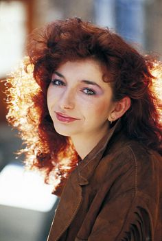 The British singer Kate Bush poses for a photo shoot. Great Britain, 1980 Get premium, high resolution news photos at Getty Images Rachel Weisz, Debbie Harry, Eva Green, Poses, Paramore, Female Singers, Record Producer, Music Artists, Celebs