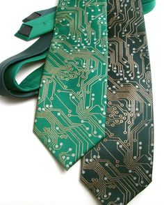 Spoil him with a circuit board tie to show off that smart and geeky is the new sexy! This whimsical tie looks just like a circuit board and is the perfect foil to an elegant suit. Moda Geek, Style Gentleman, Estilo Geek, Steampunk Accessoires, Printed Circuit Board, Science Gifts, Tech Gifts, Geek Chic, Kelly Green