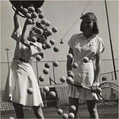 Muchas películas son anacrónicas porque muestran partidos de tenis de antes de los años 80 con pelotas amarillas. Y es que antes de 1978 las pelotas de tenis eran blancas. Después de aquel año, con el fin de que los espectadores pudieran ver bien la bola y que esta fuera fácil de distinguir de las líneas blancas, decidieron pasarlas a color amarillo. #pelotas #blancas #tenis http://www.pandabuzz.com/es/anecdota-del-dia/pelotas-tenis-blancas-amarillas-1978