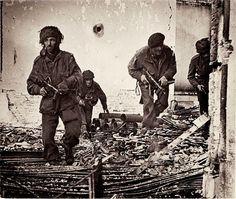 In september 1944 proberen Britse en Amerikaanse soldaten de stad Arnhem te bevrijden van de Duitse bezetter. In deze Slag om Arnhem speelt de Rijnbrug een belangrijke rol. Het lukt de geallieerden niet om de brug te veroveren en ze moeten de strijd staken.