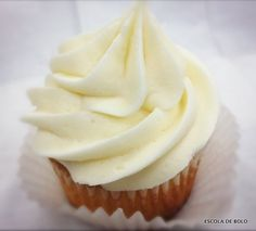 O buttercream, ou creme de manteiga, é excelente para ser usado como recheio e cobertura de bolos e cupcakes. Confira a receita básica. ASSISTA AO VÍDEO AQUI. INGREDIENTES 400 gr. de manteiga sem sal em temperatura ambiente 400 gr.