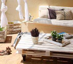 Arredare il giardino in modo originale con i pallet di legno. Tante idee originali per realizzare sedute, tavoli e aree lounge con i pallet di legno.