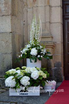 Decoración de la entrada de la iglesia. Realizada por floristeriamarques.com