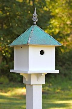 Charm bluebirds, downy woodpeckers, chickadees and other small to medium songbirds with the Sky Box Birdhouse. Handcrafted in the USA from durable vinyl/PVC with quality to last a lifetime, it feature