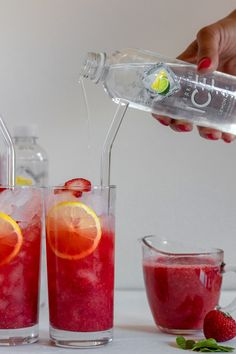 These Skinny Sparkling Strawberry Vodka Cocktails are light and fruity – perfect for a hot summer da Keto Cocktails, Refreshing Cocktails, Yummy Drinks, Cocktail Recipes, Cocktail Drinks, Strawberry Vodka Drinks, Vodka Recipes, Drink Recipes, Easy Recipes