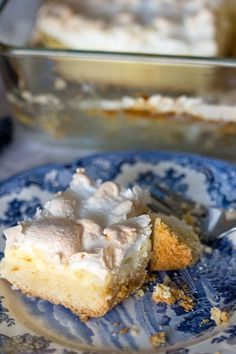 Meringue Farmer Cheese Cake is a delicious dessert that comes from Transylvania. It has three layers: crust, farmer cheese and meringue. Fun Desserts, Delicious Desserts, Dessert Recipes, Yummy Food, Healthy Food, Scottish Recipes, Turkish Recipes, Romanian Food, Romanian Recipes