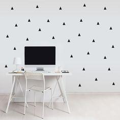 décoration murale graphique: trinagles en masking tape noir