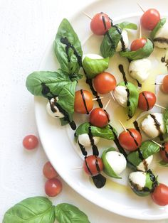 These Caprese Salad Skewers with a balsamic glaze are perfect for your next potluck. Packed with flavor from fresh basil and a drizzle of balsamic glaze! Vegetarian Recipes, Healthy Recipes, Free Recipes, Easy Recipes, Healthy Food, Caprese Salad Skewers, Healthy Appetizers, Delicious Appetizers, Appetizer Recipes