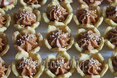 SUROVINY400 g hladké mouky, 250 g Hery, 120 g moučkového cukru, 4 žloutky, 1 vanilkový cukr, špetka soliKrém: 250 g másla, 1 karamelové... Blog.cz - Stačí otevřít a budeš v obraze. Mini Cupcakes, Cupcake Cakes, Sweets, Cookies, Food, Crack Crackers, Gummi Candy, Candy, Biscuits