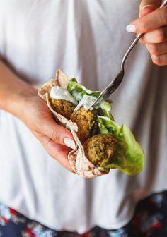 Falafel pita with yogurt sauce // Pitas de falafels avec sauce au yogourt Falafels, Falafel Pita, Vegetarian Recipes, Cooking Recipes, Healthy Recipes, Love Food, A Food, Sauce Recipes, The Best