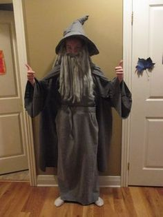Cheap and Easy Gandalf Costume!: 8 Steps (with Pictures) Eve Costume, Wizard Costume, Halloween Dress, Halloween 2019, Halloween Costumes, Halloween Party, Family Costumes, Cool Costumes, Costume Ideas