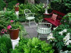 kleinen Garten gestalten grüne und farbenfrohe Gartenblumen den Look aufpeppen