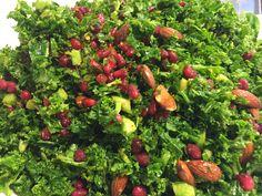 Grønkålssalat med salte mandler og granatæbler