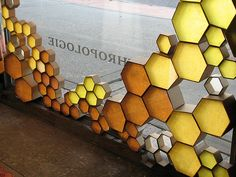 This honeycomb design just kills me. So perfect for summer! Visual Display, Display Design, Visual Merchandising, Deco Cafe, Vitrine Design, Honey Shop, Retail Windows, Shop Windows, Window Design