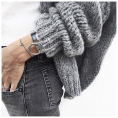 Gros gilet gris (June Brussels), jean gris-noir délavé, chemise blanche, converse noires