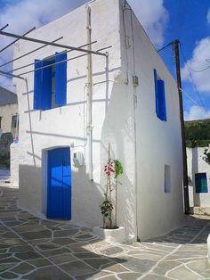 El color azul es más intenso en las islas griegas. Compruébalo este verano con este intercambio de casa en la isla de Paros. #vacaciones #grecia #islas