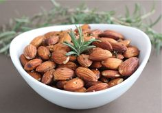Rosemary Roasted Almonds Recipes Easy Rosemary Roasted Almonds make a great appetizer or snack for parties or every day snacking! Raw Almonds, Roasted Almonds, Nut Recipes, Almond Recipes, Recipies, Great Appetizers, Appetizer Recipes, Healthy Snacks, Healthy Recipes