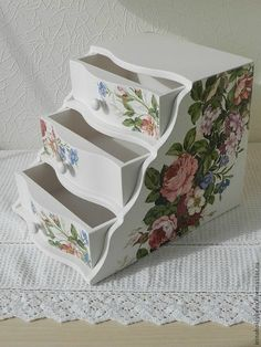 Cajonera con decoupage Decoupage Vintage, Decoupage Box, Diy And Crafts, Arts And Crafts, Altered Boxes, Painted Boxes, Hand Painted Furniture, Craft Items, Box Art