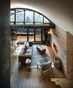 déco loft industriel: cheminée en brique et palncher en bois