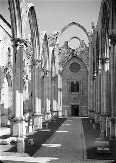 Igreja do Convento do Carmo - nave central. Imagem exposta na Exposição Lisboa na Gravura de Madeira (Lisboa, 1949). Fotógrafo: Estúdio Mário Novais. Data provável de produção da fotografia: 1949. URL: www.biblartepac.gulbenkian.pt/ipac20/ipac.jsp?&profil...  Igreja do Convento do Carmo - central nave. Image displayed at the Exhibition Lisboa na Gravura de Madeira (Lisboa, 1949). Fotographer: Estúdio Mário Novais. Probable capture date: 1949. URL…