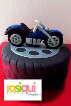 Pastel motocicleta de fondant, motorcycle fondant cake Baby Motorbike, Motorcycle Cake, Fondant Toppers, Fondant Cakes, Cake Designs For Boy, Bike Birthday Parties, Doctor Cake, Bike Cakes, Jungle Cake