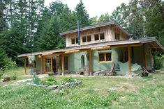 Zo slamy a hliny stavajú maximálne útulné domy. Neveríte? Presvedčte sa.