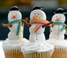 Snowmen Cupcakes #holiday #cupcakes #yum.