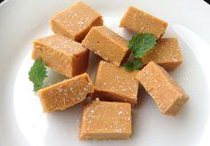 Vaniljefudge. 12 biter à 30 kcal.   Ingredienser: vikingmelk, sukringold, yaconsirup, cocosa.