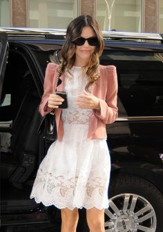 El look de Rachel Bilson: Chaqueta de Vanessa Bruno y vestido de Suno