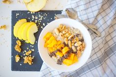 Oatmeal porridge with persimmon and almonds – Jezte sláskou