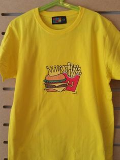 CAMISETA HAMBURGUESA CON PATATAS Sweatshirts, Sweaters, Mens Tops, T Shirt, Fashion, Fashion Guide, Hamburgers, Potatoes, T Shirts