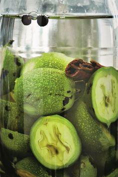 Fotogalerie: Do nálevu na svatojánský likér využijete zelené vlašské ořechy nasbírané... Honeydew, Food And Drink, Fruit, Drinks, Syrup, Drinking, Beverages, Drink, Beverage