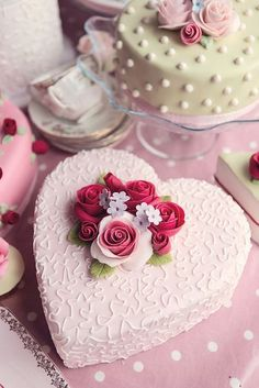 ウェディングケーキの新しいトレンド!可愛すぎるハートケーキに一目惚れ♡にて紹介している画像