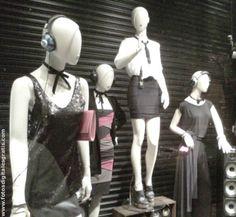 Maniquíes temáticos en vidriera de tienda ropa de moda.
