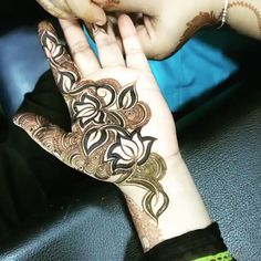 Check out the 60 simple and easy mehndi designs which will work for all occasions. These latest mehandi designs include the simple mehandi design as well as jewellery mehndi design. Getting an easy mehendi design works nicely for beginners. Arabian Mehndi Design, Khafif Mehndi Design, Mehndi Design Pictures, Beautiful Mehndi Design, Best Mehndi Designs, Mehndi Designs For Hands, Heena Design, Mehndi Images, Tattoo Designs