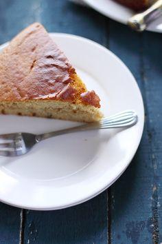 Gâteau au yaourt au miel et aux épices, fourré à la banane