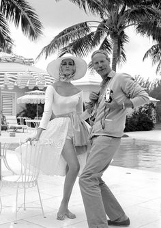 Norman Parkinson with model Carmen Dell´Orefice in the Bahamas, 1959.