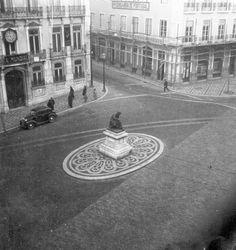 "Largo do Chiado (1953). Ao centro, a estátua do poeta António Ribeiro ""O Chiado"" (1520?-1591). Escultor: António Augusto da Costa (1862-1930). ComJeitoeArte"