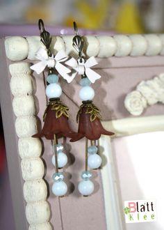 wundersüße glockenblumen-hängerchen in zartem blau und cremigem weiß sowie warmem braun.  wie immer gekrönt von einem zauberhaften emailleschleifchen - ohne diese ca 18 x 48 mm groß  ;)