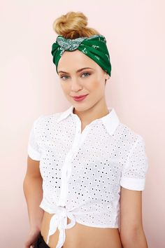 In love with retro hairstyles? Then learn how to style your hair into a vintage updo with a bandana, with our simple step-by-step tutorial. Bandana Updo, Bandana Hairstyles For Long Hair, Hairstyles With Glasses, Spring Hairstyles, Retro Hairstyles, Scarf Hairstyles, Easy Hairstyles, Hair Updo, Coque Vintage
