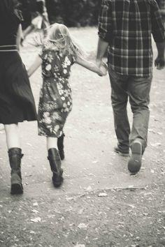 Main dans la main. Venez découvrir d'autres moments de complicité en famille sur nosdelicieuxmoments.fr !