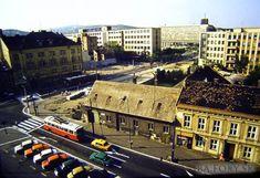Kollárovo námestie, krásna fotka a verzia, ktorú si pamätám. Za týmito budovami bol plynový zásobník, ktorý sme s bratom prezývali cirkusové šapitó Bratislava, Alexandria, Old Photos, Paris Skyline, Nostalgia, Street View, Travel, Retro, Old Pictures
